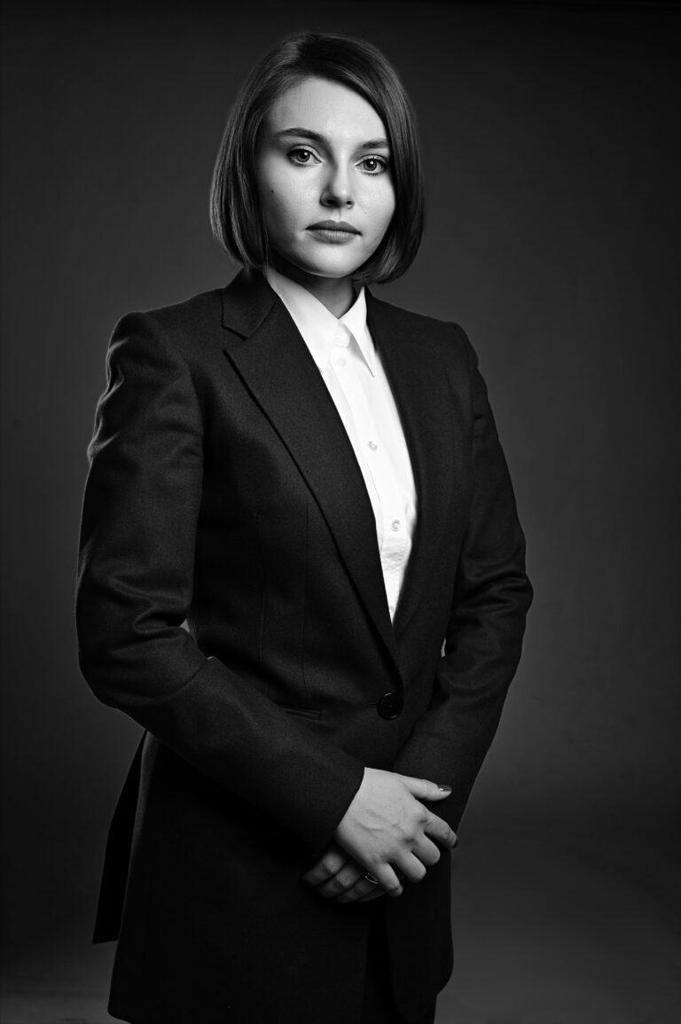 portret avocat alb negru